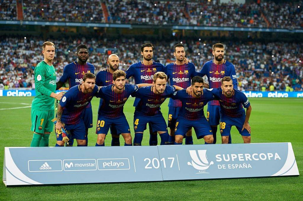 MADRID, SPAIN - AUGUST 16:  FC Barcelona team line up prior the Supercopa de Espana Supercopa Final 2nd Leg match between Real Madrid and FC Barcelona at Estadio Santiago Bernabeu on August 16, 2017 in Madrid, Spain.  (Photo by fotopress/Getty Images)