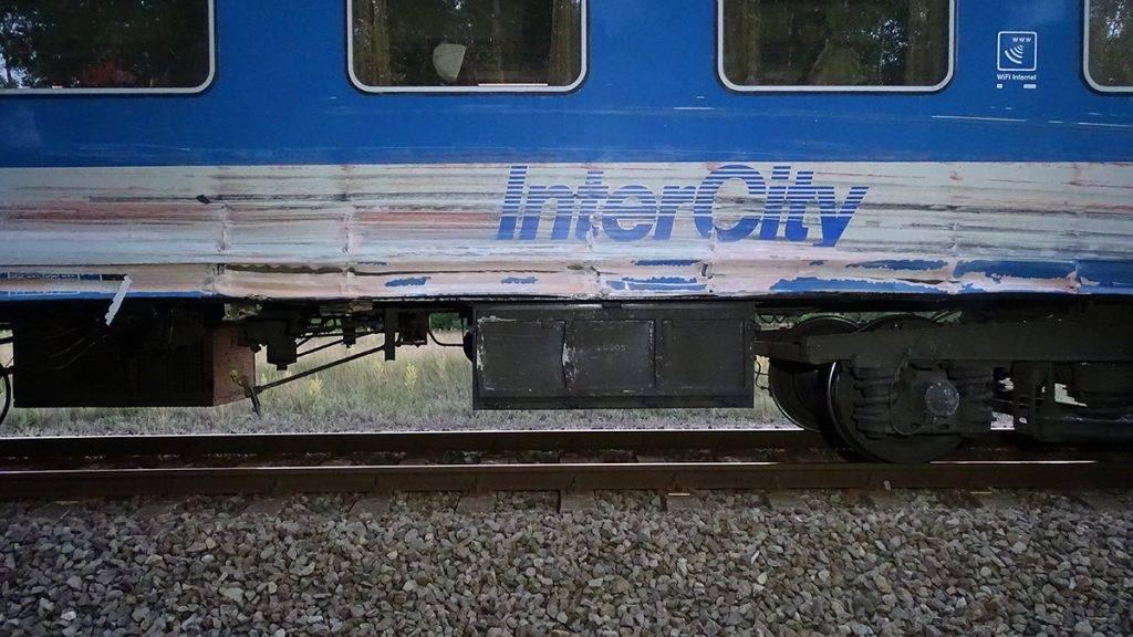 Csengele, 2017. június 14.Sérült vasúti kocsi a Csongrád megyei Csengelénél, ahol a Budapestre tartó Pusztaszer InterCity első kocsija összeütközött egy kamionnal 2017. június 14-én. A balesetben a vonaton utazók közül senki nem sérült meg, a helyszínről a mentőknek senkit nem kellett kórházba vinni.MTI Fotó: Donka Ferenc