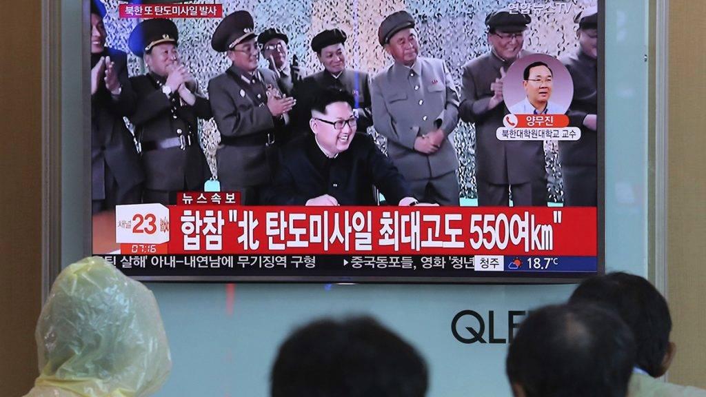 Szöul, 2017. augusztus 29.Egy észak-koreai rakétakilövésről szóló tudósítást néznek emberek a szöuli központi pályaudvar egyik tévéképernyőjén 2017. augusztus 29-én, miután Észak-Korea újabb ballisztikus rakétát bocsátott fel reggel, amely átrepült Japán északkeleti része felett és a Csendes-óceánba csapódott. A képernyőn Kim Dzsong Un elsőszámú észak-koreai vezető, a Koreai Munkapárt első titkára (k) látható. (MTI/AP/Ahn Jang Dzsun)