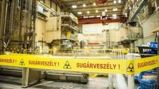 Paks, 2014. augusztus 14.Sugárveszélyre figyelmeztető szalag a paksi atomerőmű 2-es építményében 2014. augusztus 14-én, amelyben a hármas és négyes reaktor van. Az atomerőmű vezetői a mai napon bejelentették, hogy Oroszországba szállították a paksi atomerőmű 2003-as üzemzavara során megsérült üzemanyag-kazettákat.MTI Fotó: Sóki Tamás