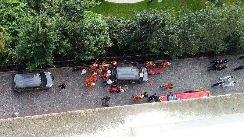 Officials and rescuers gather near vehicles after a car slammed into soldiers on patrol in Levallois-Perret, outside Paris on August 9, 2017 injuring six, two of them seriously, police in the French capital said.The vehicle took off after the incident, at about 8:00 am (0600 GMT) in the northwestern suburb of Levallois-Perret. / AFP PHOTO / Thierry CHAPPÉ