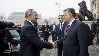 Russian President Vladimir Putin (L) is welcomed by his host Hungarian Prime Minister Viktor Orban (R) during his one-day visit, in front of the Hungarian parliament building in Budapest on February 2, 2017 prior to their official talks.  The Russian President is on brief visit to Hungary having talks with the Hungarian prime minister Viktor Orban. / AFP PHOTO / POOL / Karoly ARVAI