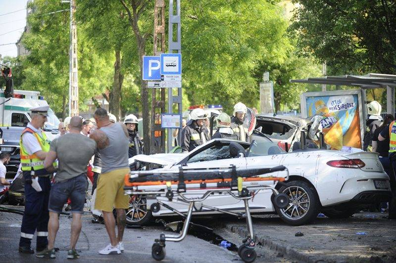 Budapest, 2017. május 15.Összeroncsolódott személyautók egy buszmegállóban a fővárosi Dózsa György út és Kassák Lajos utca kereszteződésében 2017. május 15-én. A két karambolozó autó egyike a buszmegállóba csapódott, egy ember meghalt, kettő súlyos, életveszélyes sérüléseket szenvedett. A balesetben összesen hatan sérültek meg, az egyik roncsból két embert kellett kivágniuk a tűzoltóknak.MTI Fotó: Mihádák Zoltán