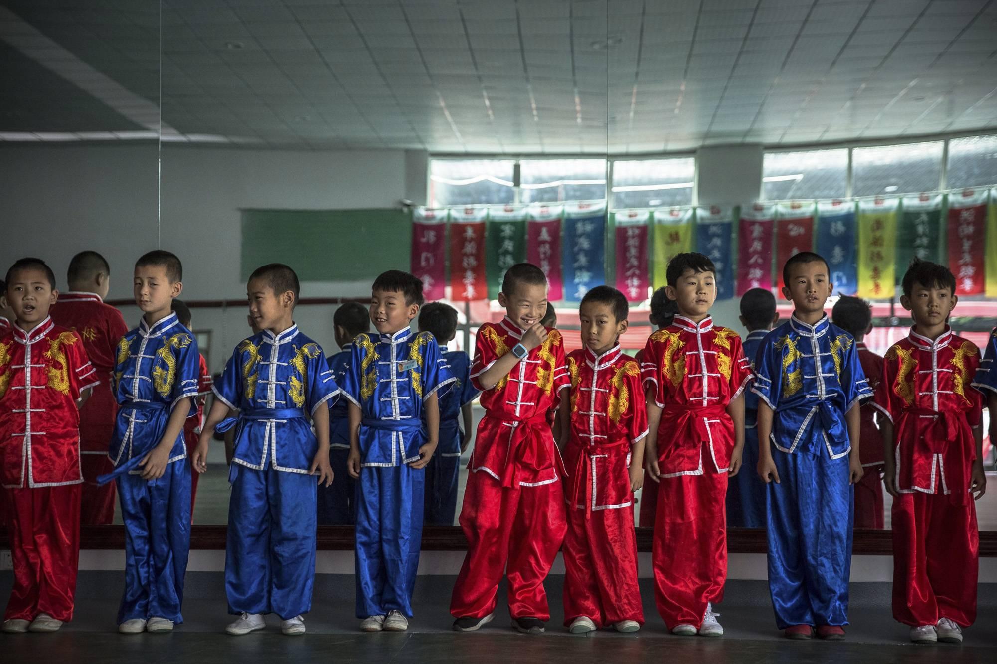 Kuan megye, 2017. szeptember 8.Tajcsióra kezdetére várnak egy kungfuiskola fiatal növendékei egy kínai harcművészeti központban, a Hopej tartománybeli Kuan megyében, Pekingtől északra 2017. június 10-én. A tajcsi a belső stílusú kungfu leglágyabb formája. (MTI/EPA/Roman Pilipej)