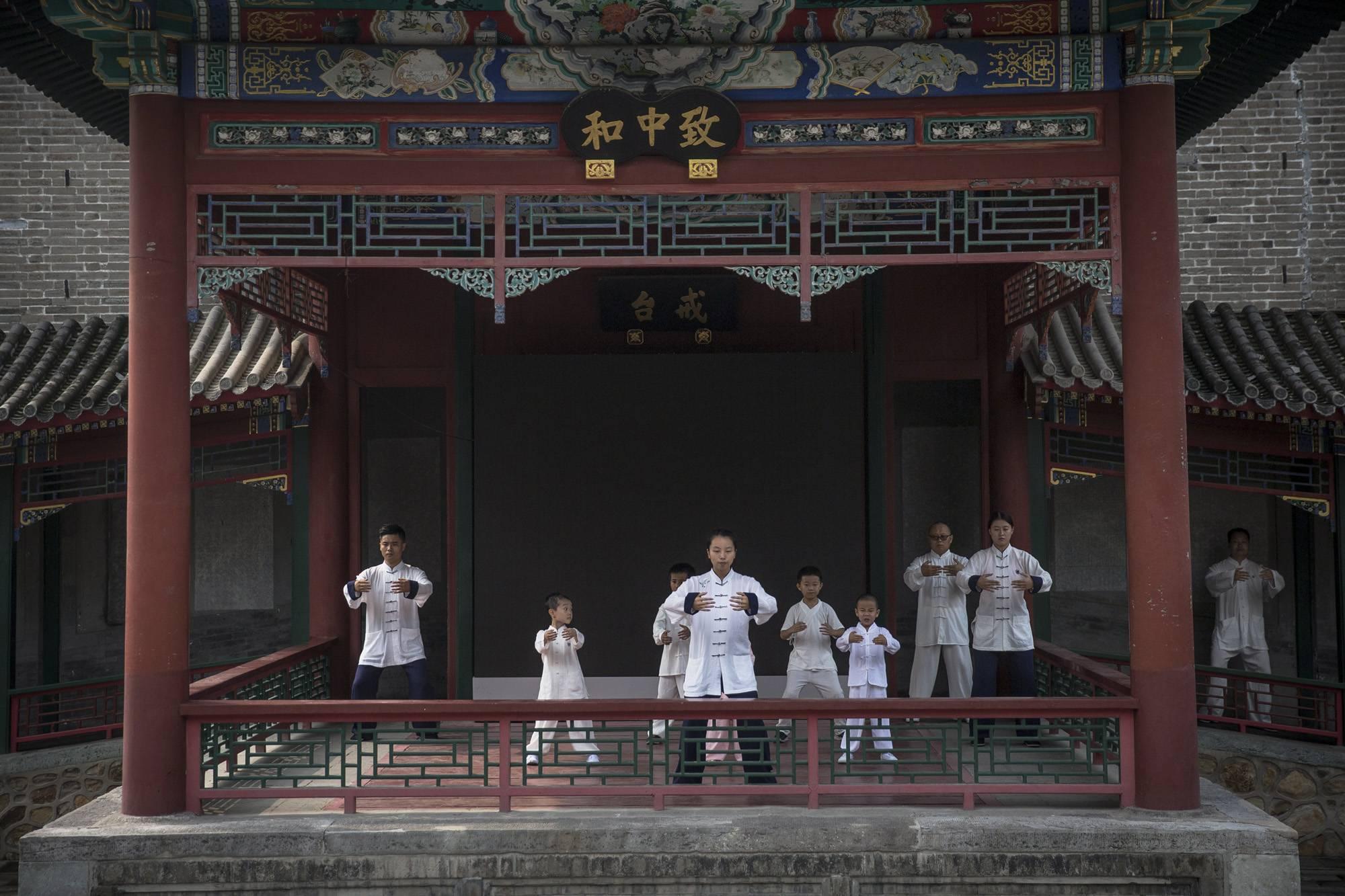Peking, 2017. szeptember 8.Belső stílusú vutang- (Wudang) edzésen vesznek részt egy kungfuiskola oktatói és diákjai a pekingi Fehér Felhő taoista templomban 2017. augusztus 16-án. (MTI/EPA/Roman Pilipej)