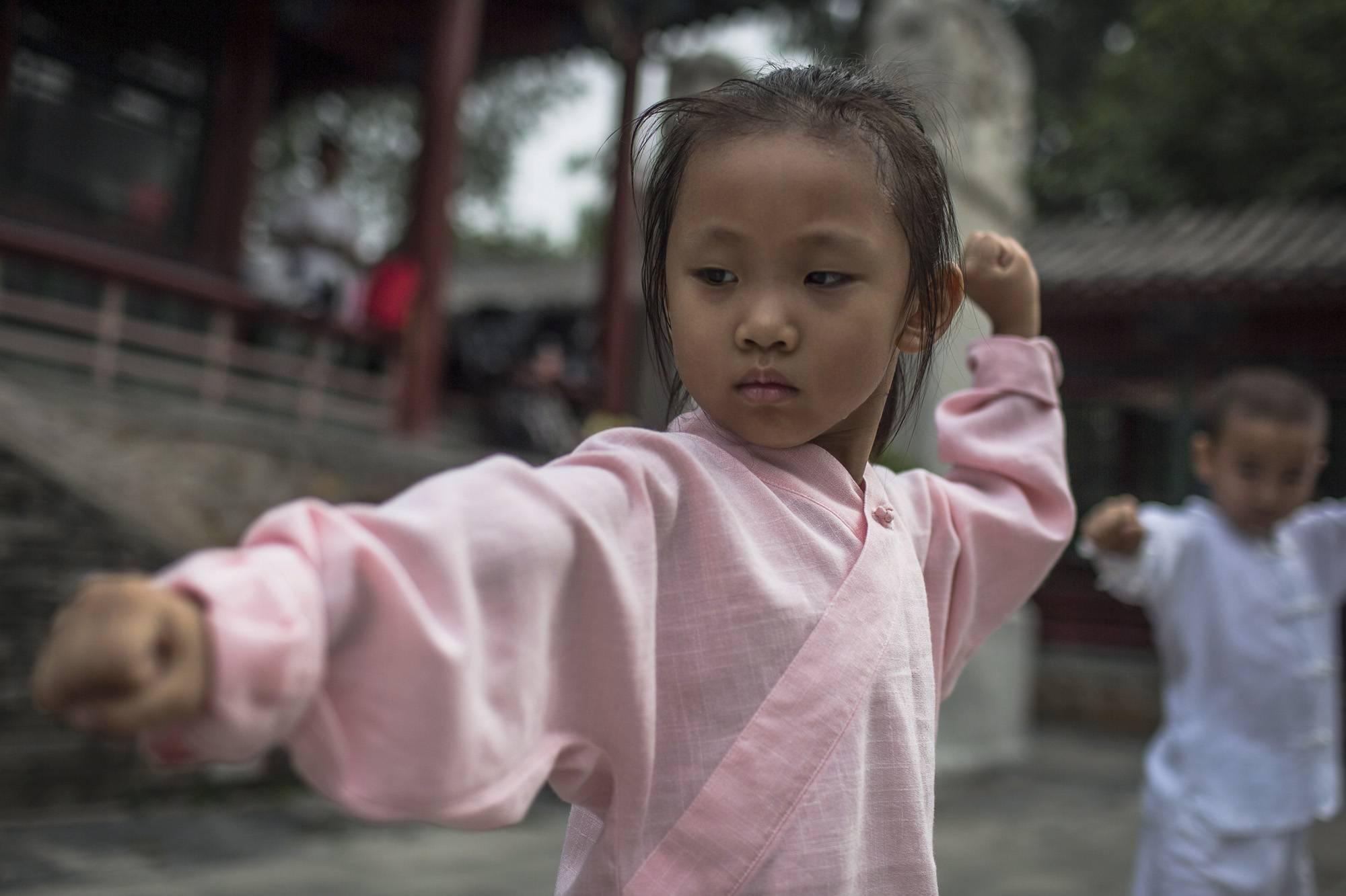 Peking, 2017. szeptember 8.Belső stílusú vutang- (Wudang) edzésen vesz részt egy kungfuiskola fiatal növendéke a pekingi Fehér Felhő taoista templomban 2017. augusztus 16-án. (MTI/EPA/Roman Pilipej)