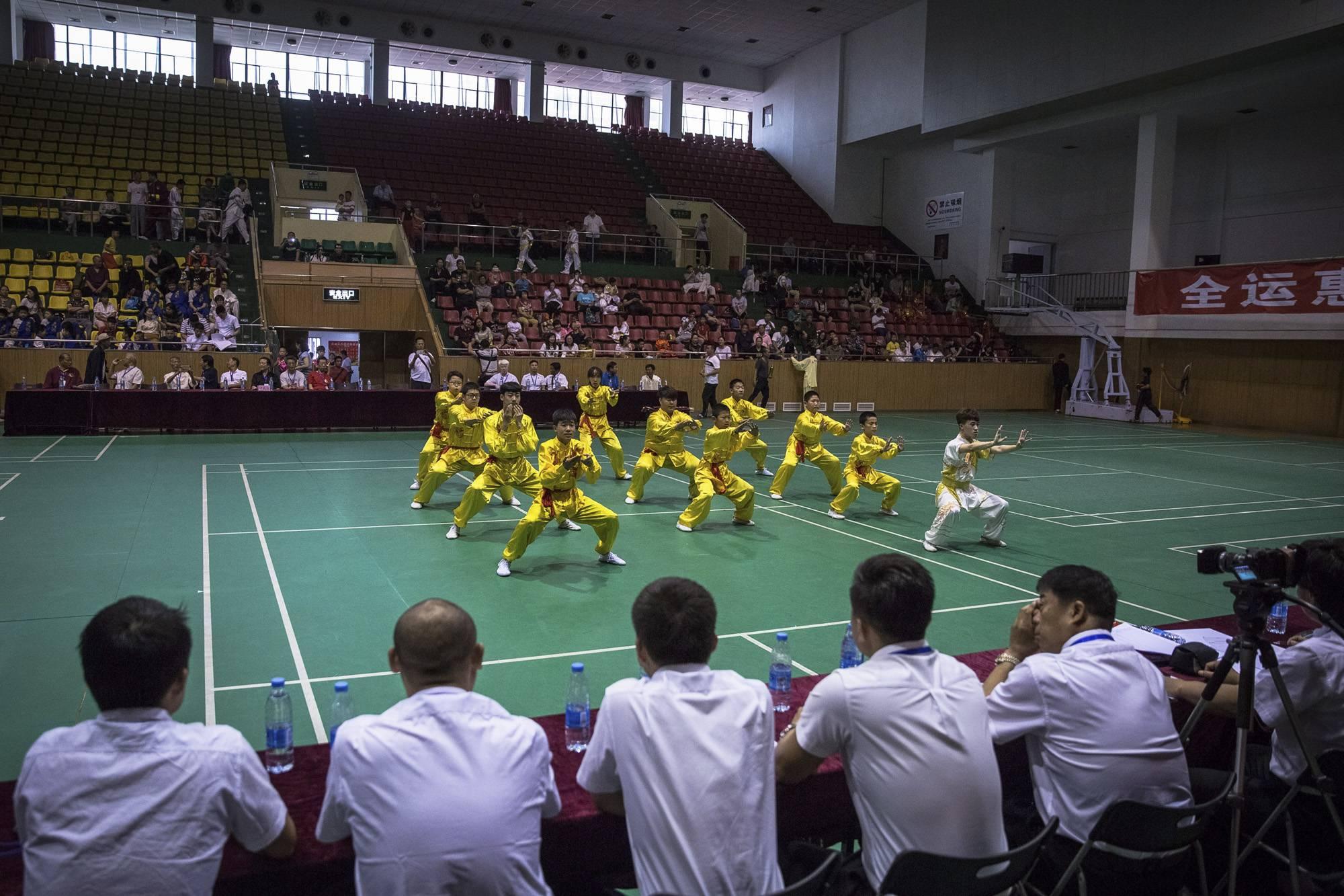 Tiencsin, 2017. szeptember 8.Csoportos formagyakorlatot néz egy kungfuverseny zsűrije az északkelet-kínai Tiencsin városban 2017. június 11-én. (MTI/EPA/Roman Pilipej)
