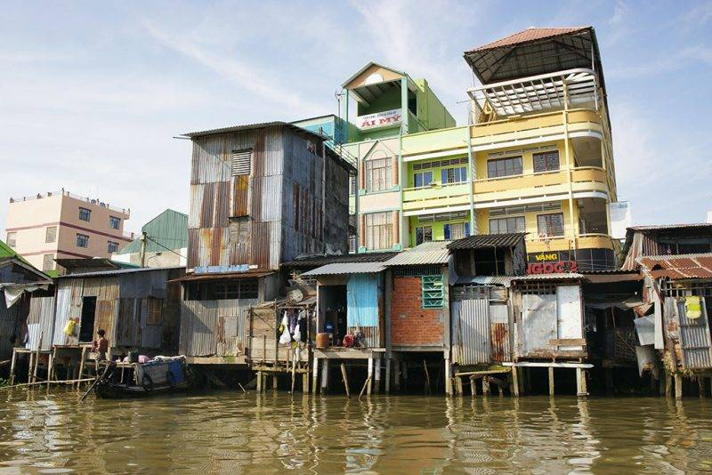 VIETNAM. MEKONG DELTA, NEAR THE CITY OF CAN THO, HOMES ALONG ONE OF THE CANALS