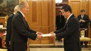 """A handout picture taken and released on January 15, 2014 by the Spanish Royal House shows North Korea's first ever ambassador to Spain Kim Hyok Chol (R) presenting his credentials to Spain's King Juan Carlos at the Zarzuela Palace in Madrid. Kim Hyok Chol presented his credentials to King Juan Carlos today as part of a push by the isolated nuclear-armed state to boost its ties with the European Union. North Korea opened its first ever embassy in Spain in October 2013.  AFP PHOTO / SPANISH ROYAL HOUSE / BORJA FOTOGRAFOS RESTRICTED TO EDITORIAL USE - MANDATORY CREDIT """"AFP PHOTO / SPANISH ROYAL HOUSE / BORJA FOTOGRAFOS"""" NO MARKETING NO ADVERTISING CAMPAIGNS - DISTRIBUTED AS A SERVICE TO CLIENTS / AFP PHOTO / SPANISH ROYAL HOUSE / BORJA FOTOGRAFOS"""