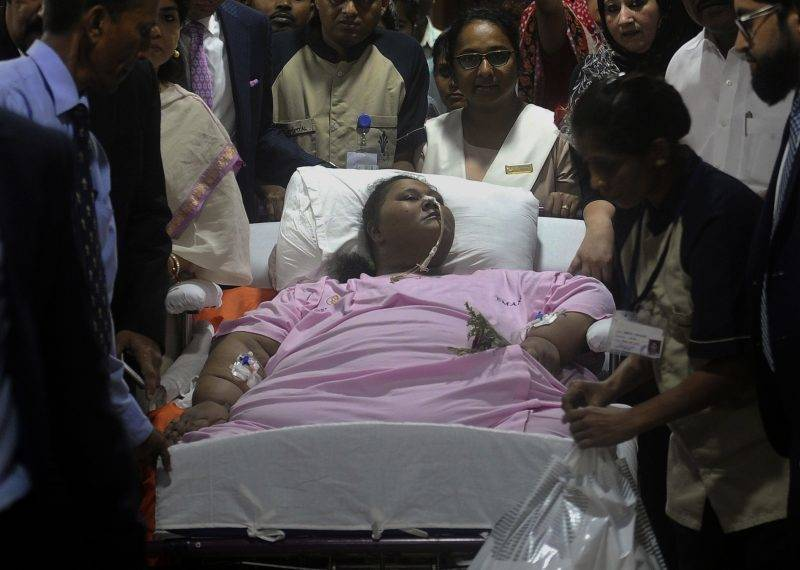 Egyptian national Eman Ahmed Abd El Aty (C) is taken on a stretcher towards an ambulance at a hospital in Mumbai on May 4, 2017. An Egyptian once believed to be the 'world's heaviest woman' has left an Indian hospital for the United Arab Emirates where she will continue treatment following drastic weight-loss surgery, doctors said. / AFP PHOTO / str