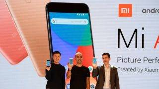 (L-R) Donovan Sung, director of product management and marketing at Xiaomi Global, Manu Jain, managing director of Xiaomi India, and global director of Android Partner Programs Jon Gold hold the newly launched Xiaomi Mi A1 smartphone at a function in New Delhi on September 5, 2017.    during the launch of Xiaomi Mi A1 smartphone at a function in New Delhi on September 5, 2017. Chinese smartphone giant Xiaomi launched its Flagship Dual Camera phone Mi A1 in India. / AFP PHOTO / SAJJAD HUSSAIN