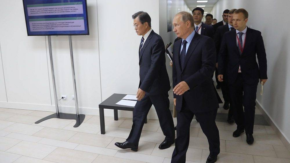 Russian President Vladimir Putin (R) and President of South Korea Moon Jae-in leave after their meeting as part of the 3rd Eastern Economic Forum hosted by the Far Eastern Federal University at Russky Island outside Vladivostok on September 6, 2017.  / AFP PHOTO / Sputnik / Michael Klimentyev