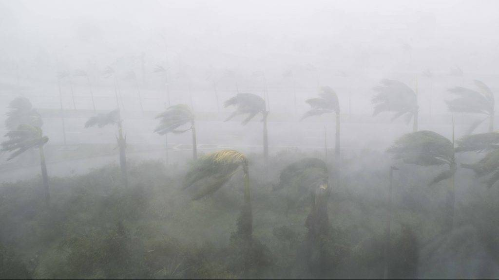 Heavy winds and rain from Hurricane Irma are seen in Miami, Florida on September 10, 2017. Hurricane Irma's eyewall slammed into the lower Florida Keys, lashing the island chain with fearsome wind gusts, the US National Hurricane Center said. / AFP PHOTO / SAUL LOEB