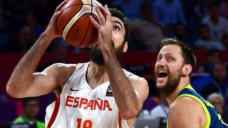Spain's forward Pierre Oriola (L) vies for the ball with Slovenia's forward Sasa Zagorac (R) during  the FIBA Eurobasket 2017 men's semi-final basketball match between Spain and Slovenia at the Fenerbahce Ulker Sport Arena in Istanbul on September 14, 2017. / AFP PHOTO / OZAN KOSE