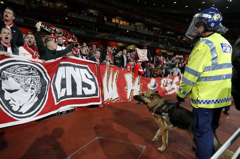 Police inside the stadium keep an eye on Cologne supporters in the stands as the kick off is delayed due to crowd safety issues ahead of the UEFA Europa League Group H football match between Arsenal and FC Cologne at The Emirates Stadium in London on September 14, 2017. Kick-off in the Europa League match between Arsenal and Cologne at the Emirates Stadium in London on Thursday has been delayed by an hour in the interests of crowd safety, the Premier League club announced. / AFP PHOTO / Adrian DENNIS