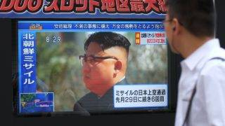 Pedestrians walk past a television screen broadcasting a news report showing North Korean leader Kim Jong-Un, in Tokyo on September 15, 2017, following a North Korean missile test that passed over Japan. North Korea fired an intermediate range ballistic missile eastwards over Japan and into the Pacific on September 15, the US said, its latest provocation amid high tensions over its banned weapons programmes.  / AFP PHOTO / Kazuhiro NOGI