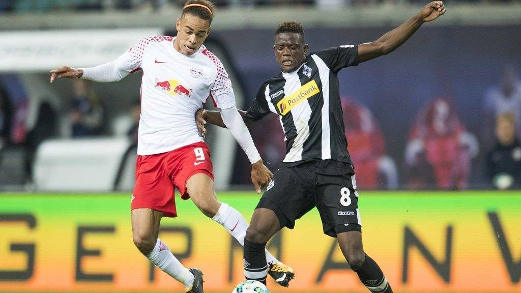 Leipzig´s Danish forward Yussuf Poulsen (L) and Moenchengladbach´s Swiss midfielder Denis Zakaria during the German first division Bundesliga football match RB Leipzig v Borussia Moenchengladbach in Leipzig, eastern Germany on September 16, 2017.  / AFP PHOTO / ROBERT MICHAEL / RESTRICTIONS: DURING MATCH TIME: DFL RULES TO LIMIT THE ONLINE USAGE TO 15 PICTURES PER MATCH AND FORBID IMAGE SEQUENCES TO SIMULATE VIDEO. == RESTRICTED TO EDITORIAL USE == FOR FURTHER QUERIES PLEASE CONTACT DFL DIRECTLY AT + 49 69 650050  / RESTRICTIONS: DURING MATCH TIME: DFL RULES TO LIMIT THE ONLINE USAGE TO 15 PICTURES PER MATCH AND FORBID IMAGE SEQUENCES TO SIMULATE VIDEO. == RESTRICTED TO EDITORIAL USE == FOR FURTHER QUERIES PLEASE CONTACT DFL DIRECTLY AT + 49 69 650050
