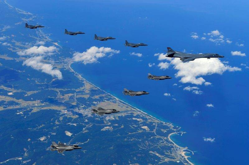 """This handout photo taken on September 18, 2017 and provided by the South Korean Defence Ministry in Seoul shows a US Air Force B-1B Lancer bomber (R), US F-35B stealth jet fighters (bottom) and South Korean F-15K fighter jets (top) flying over South Korea during a joint military drill aimed to counter North Korea's latest nuclear and missile tests. The US flew four stealth fighter jets and two bombers over the Korean peninsula on September 18 in a show of force after North Korea's latest nuclear and missile tests, South Korea's defence ministry said. / AFP PHOTO / South Korean Defence Ministry / handout / RESTRICTED TO EDITORIAL USE - MANDATORY CREDIT """"AFP PHOTO / South Korean Defence Ministry"""" - NO MARKETING NO ADVERTISING CAMPAIGNS - DISTRIBUTED AS A SERVICE TO CLIENTS"""
