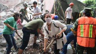 Rescuers, firefighters, policemen, soldiers and volunteers remove rubble and debris from a flattened building in search of survivors after a powerful quake in Mexico City on September 19, 2017. A devastating quake in Mexico on Tuesday killed more than 100 people, according to official tallies, with a preliminary 30 deaths recorded in the capital where rescue efforts were still going on. / AFP PHOTO / RONALDO SCHEMIDT