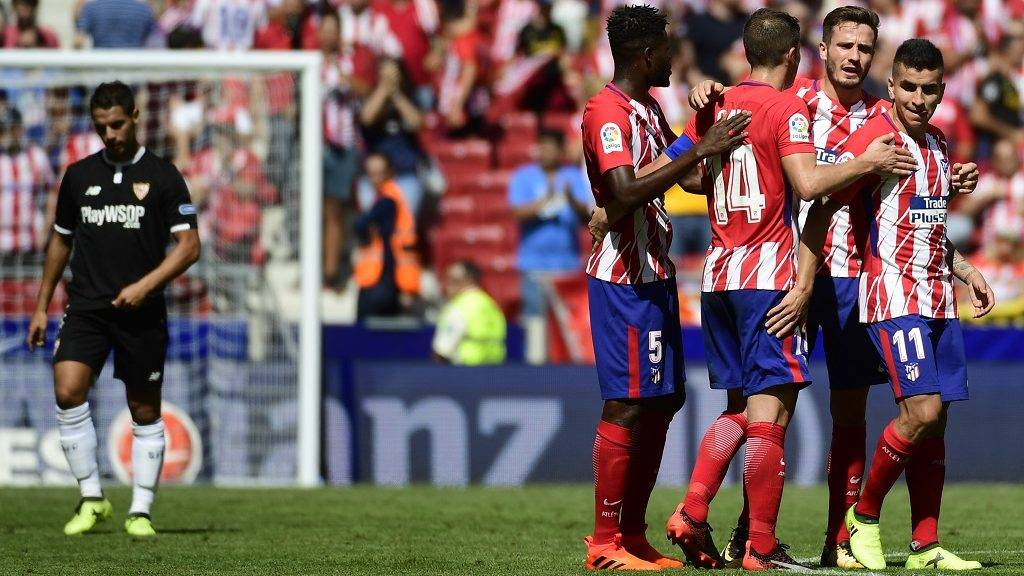 Atletico players celebrate at the end of the Spanish league football match Club Atletico de Madrid vs Sevilla FC at the Wanda Metropolitano stadium in Madrid on September 23, 2017. / AFP PHOTO / PIERRE-PHILIPPE MARCOU