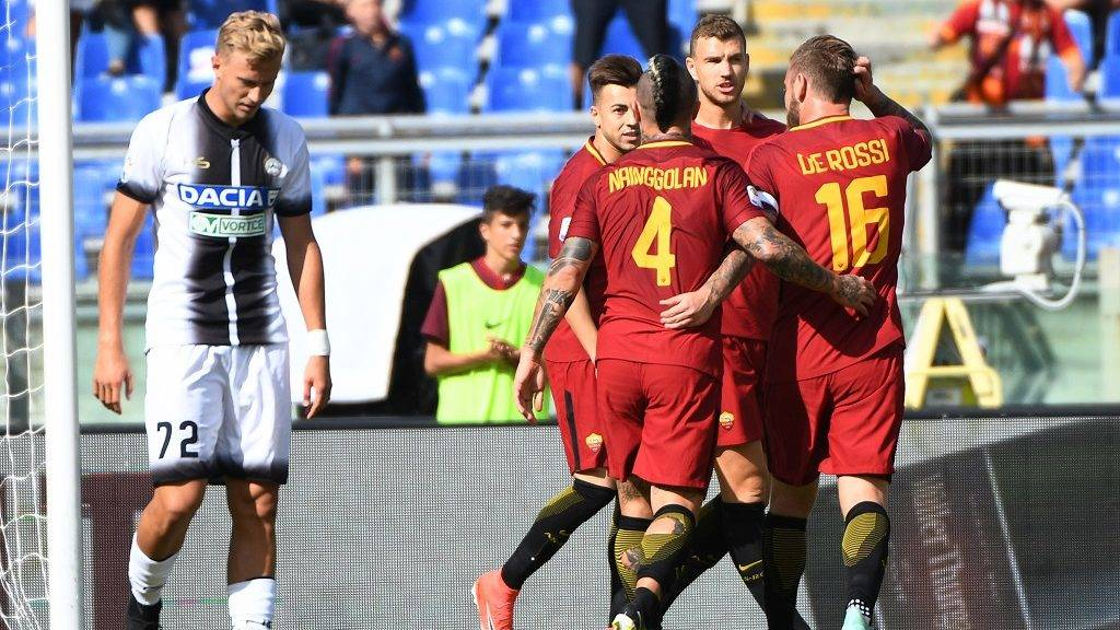 AS Roma's forward from Bosnia Edin Dzeko (C ) celebrates after scoring against Udinese during the Italian Serie A football match between AS Roma and Udinese on September 23, 2017 at the Olympic stadium in Rome.  / AFP PHOTO / Vincenzo PINTO