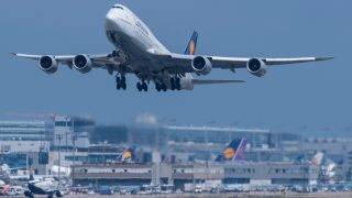 dpatop - A Boeing 747 takes off from the airport in Frankfurt am Main, Germany, 26 July 2017. One of the German Meteorological Service's central tasks is forecasting the weather in airports with the greatest degree of accuracy possible. Photo: Boris Roessler/dpa