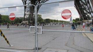 Barriers on the east side of the Eiffel Tower in Paris, France, 18 September 2017. Construction work began today on a wall containing bullet-proof glass, designed to protect visitors from terrorist attacks. Photo: Christian Böhmer/dpa