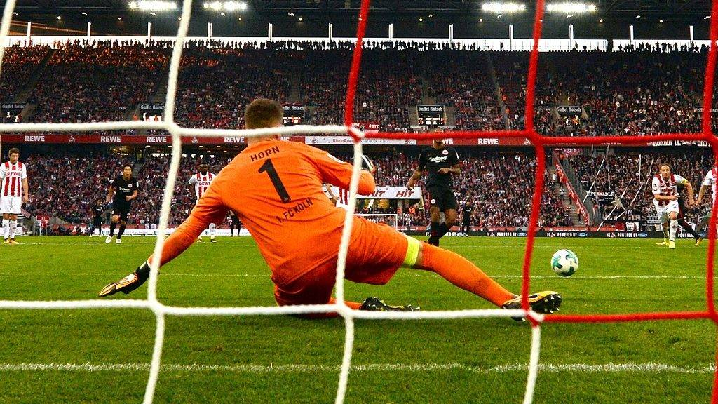 Cologne's goalkeeper Timo Horn cannot stop the penalty shot by Frankfurt's Sébastian Haller (back C) during the German Bundesliga soccer match between 1. FC Cologne and Eintracht Frankfurt in the RheinEnergieStadion in Cologne, Germany, 20 September 2017. 