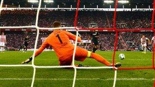 Cologne's goalkeeper Timo Horn cannot stop the penalty shot by Frankfurt's Sébastian Haller (back C) during the German Bundesliga soccer match between 1. FC Cologne and Eintracht Frankfurt in the RheinEnergieStadion in Cologne,Germany, 20 September 2017.   (EMBARGO CONDITIONS - ATTENTION: Due to the accreditation guidelines, the DFL only permits the publication and utilisation of up to 15 pictures per match on the internet and in online media during the match.) Photo: Federico Gambarini/dpa