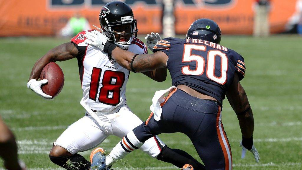 CHICAGO, IL - SEPTEMBER 10: Jerrell Freeman #50 of the Chicago Bears attempts to tackle Taylor Gabriel #18 of the Atlanta Falcons in the third quarter at Soldier Field on September 10, 2017 in Chicago, Illinois.   Jonathan Daniel/Getty Images/AFP