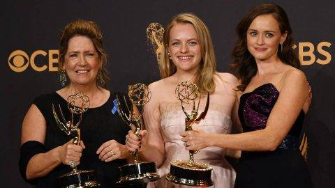 "(L-R): Ann Dowd, Elisabeth Moss and Alexis Bledel pose with the award for  Outstanding Drama Series for ""The Handmaid's Tale"" during the 69th Emmy Awards at the Microsoft Theatre on September 17, 2017 in Los Angeles, California. / AFP PHOTO / Mark RALSTON"