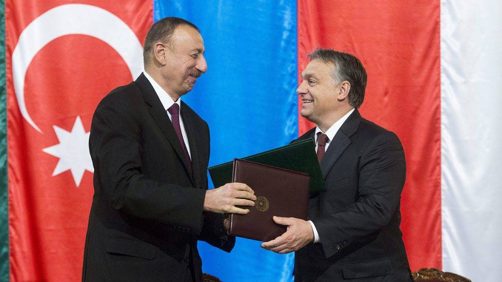 Budapest, 2014. november 11.Ilham Aliyev azeri elnök (b) és Orbán Viktor miniszterelnök a stratégiai partnerségről szóló közös nyilatkozat aláírása után Budapesten a Parlamentben 2014. november 11-én.MTI Fotó: Koszticsák Szilárd