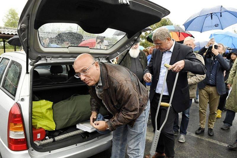 Budapest, 2016. január 5.Császy Zsolt, a Magyar Nemzeti Vagyonkezelő (MNV) Zrt. volt értékesítési igazgatója (b) Gyurcsány Ferenc korábbi miniszterelnök, a Demokratikus Koalíció (DK) elnöke társaságában Tökölön, mielőtt bevonult a börtönbe 2017. szeptember 19-én. Császy Zsoltot június 8-án, Tátrai Miklóssal együtt, harmadfokon ítélte jogerősen letöltendő börtönbüntetésre a Kúria a 2008-as sukorói telekcsere ügyében. Tátrai Miklós, a Magyar Nemzeti Vagyonkezelő Zrt. korábbi igazgatója három, Császy Zsolt két és fél év börtönbüntetést kapott.MTI Fotó: Koszticsák Szilárd