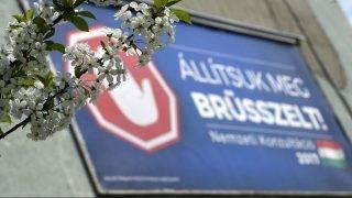 Budapest, 2017. április 4. A magyar kormány Állítsuk meg Brüsszelt! címû nemzeti konzultációját hirdetõ óriásplakát egy angyalföldi panelház falán, a Fiastyúk utcában 2017. április 4-én. MTI Fotó: Bruzák Noémi