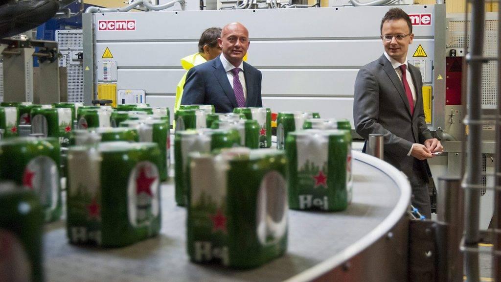 Sopron, 2015. június 23.Szijjártó Péter külgazdasági és külügyminiszter (j), Joris Huijsmans, a Heineken Hungária Sörgyárak Zrt. vezérigazgatója (j2) és Turóczy Zoltán, a soproni gyár vezetője (b, takarva) megtekinti a Soproni Sörgyár új csomagoló és tálcázó gyártósorát Sopronban 2015. június 23-án.MTI Fotó: Krizsán Csaba