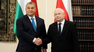 Varsó, 2017. szeptember 22. Jaroslaw Kaczynski, a kormányzó lengyel nemzeti konzervatív Jog és Igazságosság Pártjának (PiS) elnöke (j) fogadja Orbán Viktor miniszterelnököt Varsóban 2017. szeptember 22-én. (MTI/EPA/Pawel Supernak)