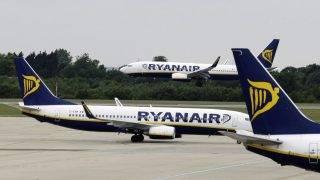 Stansted, 2017. szeptember 18. 2009. július 21-én a stanstedi repülõtéren készített kép a Ryanair ír légitársaság repülõgépeirõl. A cég 2017. szeptember 18-án bejelentette, hogy a Ryanair október végéig napi 40-50 járatát kénytelen törölni átmeneti pilótahiány miatt. (MTI/AP/Matt Dunham)