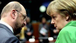 Brüsszel, 2013. március 14.Martin Schulz, az Európai Parlament német elnöke (b) és Angela Merkel német kancellár beszélget az Európai Unió kétnapos csúcstalálkozójának első napján Brüsszelben 2013. március 14-én. (MTI/EPA/Olivier Hoslet)