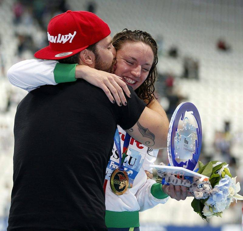 Kazany, 2015. augusztus 3.Hosszú Katinka férjével és edzőjével, Shane Tusuppal, miután világcsúccsal győzött a kazanyi úszó-, vízilabda-, műugró- és műúszó-világbajnokság női 200 méteres vegyesúszásában 2015. augusztus 3-án. (MTI/EPA/Patrick B. Krämer)