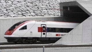 Erstfeld, 2016. június 1. Vasúti szerelvény indul a svájci Uri kantonban fekvõ Erstfeldbõl, az északi végállomásról a Ticino kantonbeli Bodióba a Gotthard-alagúton át 2016. június 1-jén, az alagút felavatásának napján. A Gotthard a világ leghosszabb vasúti alagútja, amely két, egyenként 57 kilométeres, egyvágányos járattal köti össze Erstfeldet Bodióval az Alpok Gotthard-masszívuma alatt. (MTI/EPA/Laurent Gillieron)