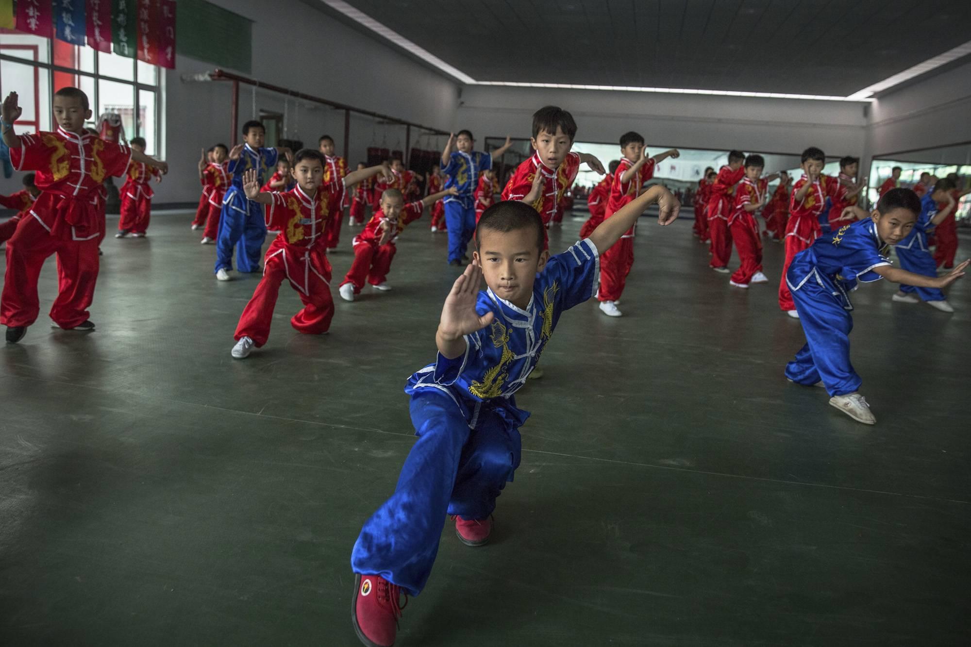 Kuan megye, 2017. szeptember 8.Formagyakorlatokat végeznek egy kungfuiskola fiatal növendékei egy kínai harcművészeti központban a Hopej tartománybeli Kuan megyében, Pekingtől északra 2017. június 10-én. (MTI/EPA/Roman Pilipej)