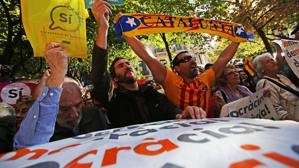 BARCELONA, SPAIN - SEPTEMBER 20 : Demonstrators hold placards within a protest in front of the Economy headquarters of Catalonia's regional government in Barcelona, Spain on September 20, 2017, during a search by Spain's Guardia Civil police. Albert Llop / Anadolu Agency