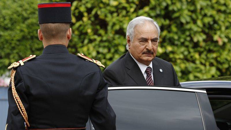 General Khalifa Haftar, commander in the Libyan National Army (LNA), arrives to attend a meeting for talks over a political deal to help end Libya's crisis in La Celle-Saint-Cloud near Paris, France, July 25, 2017.   / AFP PHOTO / POOL / PHILIPPE WOJAZER