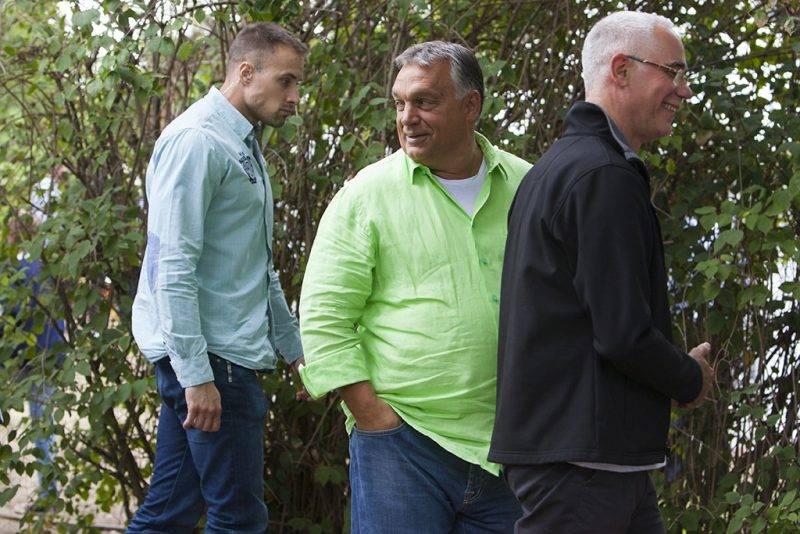 Kötcse, 2017. szeptember 2.Orbán Viktor miniszterelnök (j2) érkezik a Polgári Magyarországért Alapítvány rendezvényére, a Polgári Piknikre a kötcsei Dobozy kúriánál 2017. szeptember 2-án. Mellette Balog Zoltán, az emberi erőforrások minisztere (j).MTI Fotó: Varga György