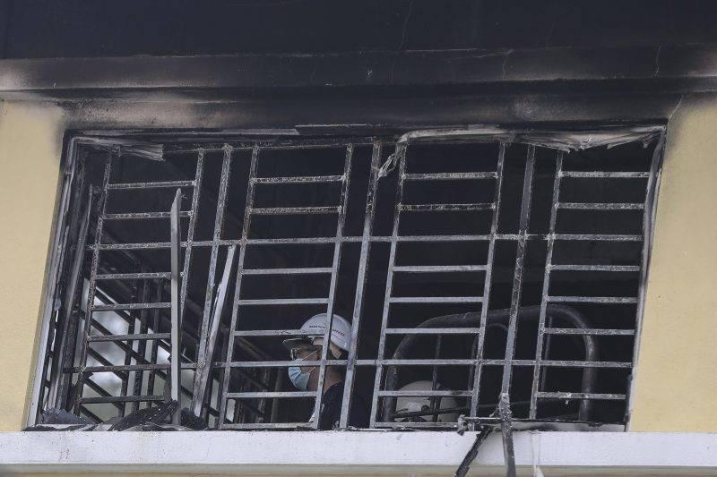 Kuala Lumpur, 2017. szeptember 14. Tûzoltók egy bentlakásos vallási iskola kiégett osztálytermében Kuala Lumpurban, ahol huszonnégyen meghaltak, miután tûz ütött ki az épület harmadik emeletén 2017. szeptember 14-én hajnalban. (MTI/EPA/Fazry Ismail)