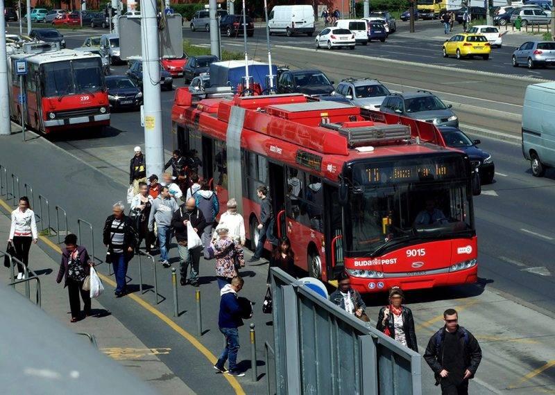 Budapest, 2016. április 20.Utasok szállnak le a BKK-BKV 75-ös vonalán közlekedő egyik modern Solaris–Škoda trolibuszról a Hungária körúton, a Puskás Ferenc Stadion melletti végállomáson.MTVA/Bizományosi: Jászai Csaba ***************************Kedves Felhasználó!Ez a fotó nem a Duna Médiaszolgáltató Zrt./MTI által készített és kiadott fényképfelvétel, így harmadik személy által támasztott bárminemű – különösen szerzői jogi, szomszédos jogi és személyiségi jogi – igényért a fotó készítője közvetlenül maga áll helyt, az MTVA felelőssége e körben kizárt.