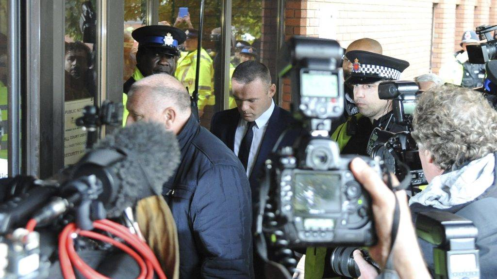 Stockport, 2017. szeptember 18. Wayne Rooney angol válogatott labdarúgó (k) a pere tárgyalására érkezik a stockporti kerületi bíróságra az észak-angliai Stockportban 2017. szeptember 18-án. Az Everton angol labdarúgóklub 31 éves játékosát ittas vezetéssel vádolják. (MTI/AP/Rui Vieira)