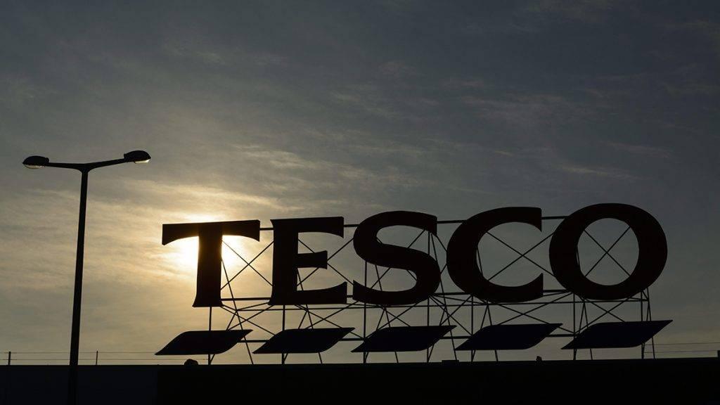 Hajdúböszörmény, 2015. február 5.Napfelkelte látszik a bezárt Tesco áruház felett Hajdúböszörményben 2015. február 5-én. Az áruházlánc január 13-án jelentette be, hogy február 4-től bezár 13 magyarországi üzletet. A bezárás után 566 dolgozó közül 350-et továbbfoglalkoztat a Tesco más üzletekben, 60 kollégájának nem tud a vállalaton belül új pozíciót ajánlani, míg 90 munkavállaló saját maga döntött úgy, hogy a cégen kívül keres új lehetőséget.MTI Fotó: Czeglédi Zsolt
