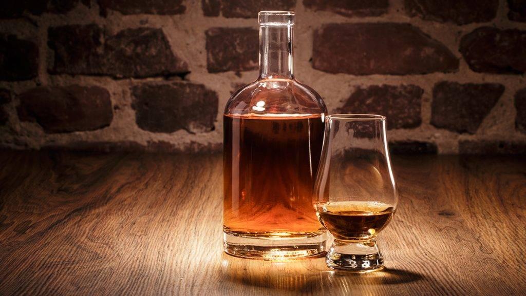 Whiskey Flasche und Nosing Glas