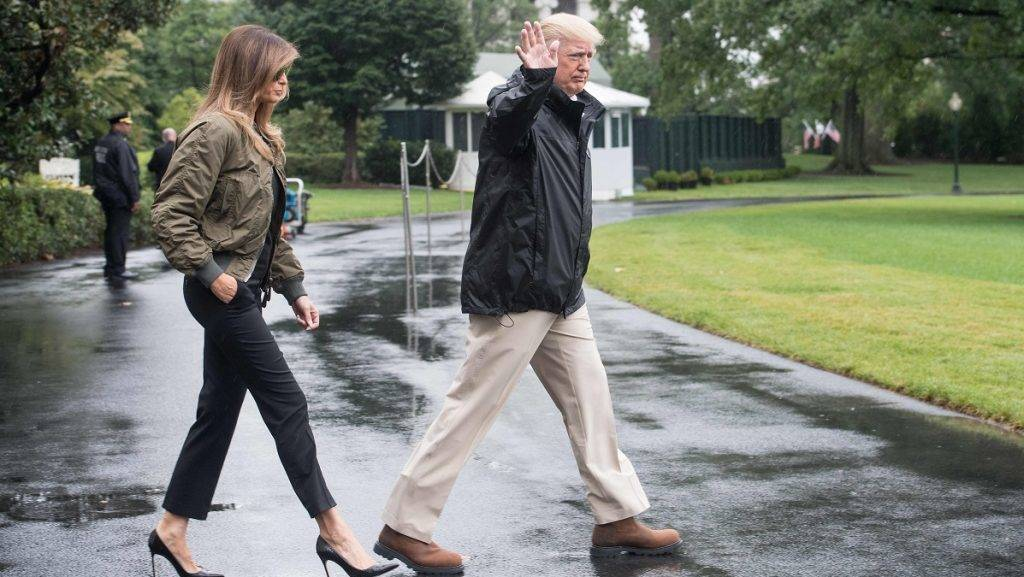 US President Donald Trump and First Lady Melania Trump depart the White House in Washington, DC, on August 29, 2017 for Texas to view the damage caused by Hurricane Harvey. / AFP PHOTO / NICHOLAS KAMM
